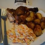 Bedste hel kylling på grill med coleslaw og ovnbagte kartofler med timian