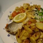 Foreller med stegte og dampede grøntsager