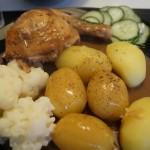 Grydestegt kylling med brun sauce og hvide kartofler