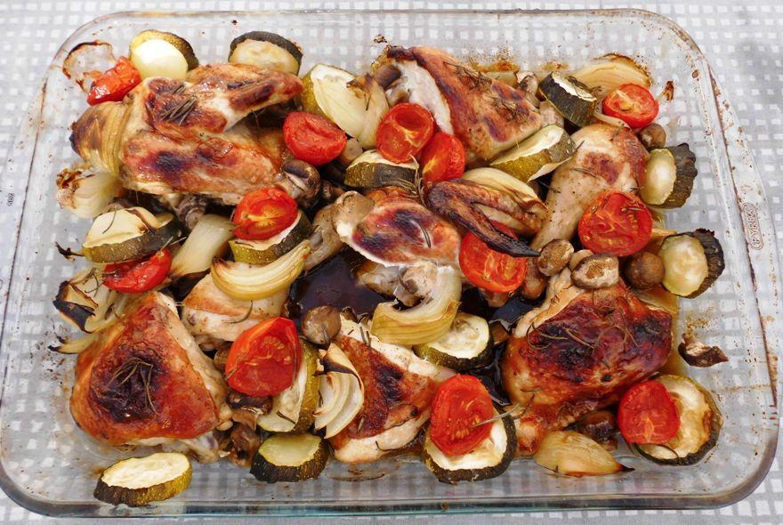 Kylling med marinade og grøntsager i ovn