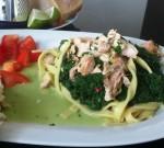 Laks og fettuccine med spinat og basilikum