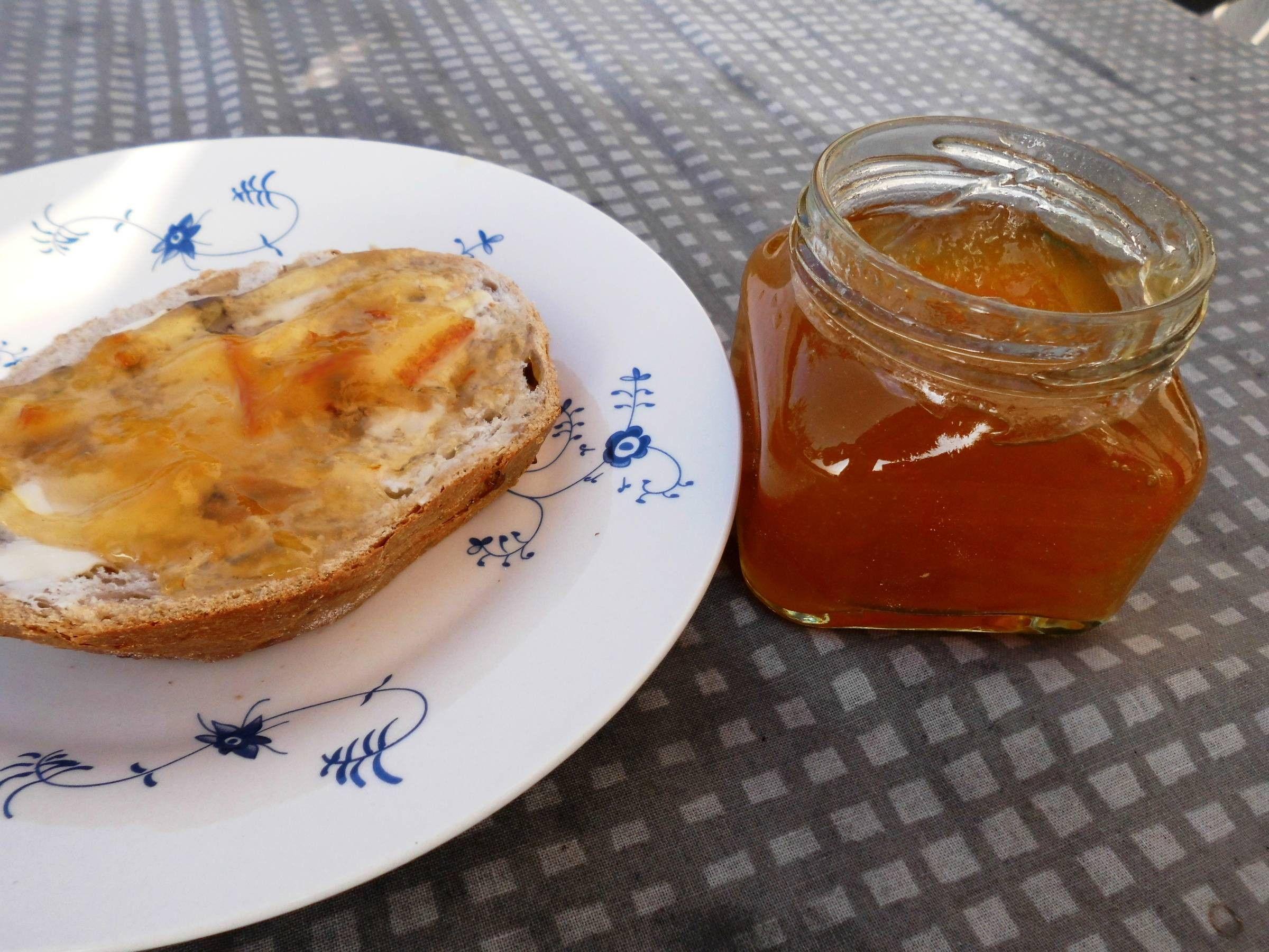 Abrikosmarmelade og brød