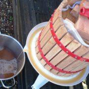 Æblepresser presser saft fra æbler
