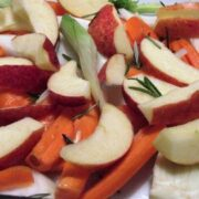 Æbler og fennikel med rosmarin i fad