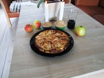 Æbletærte anrettet på bord