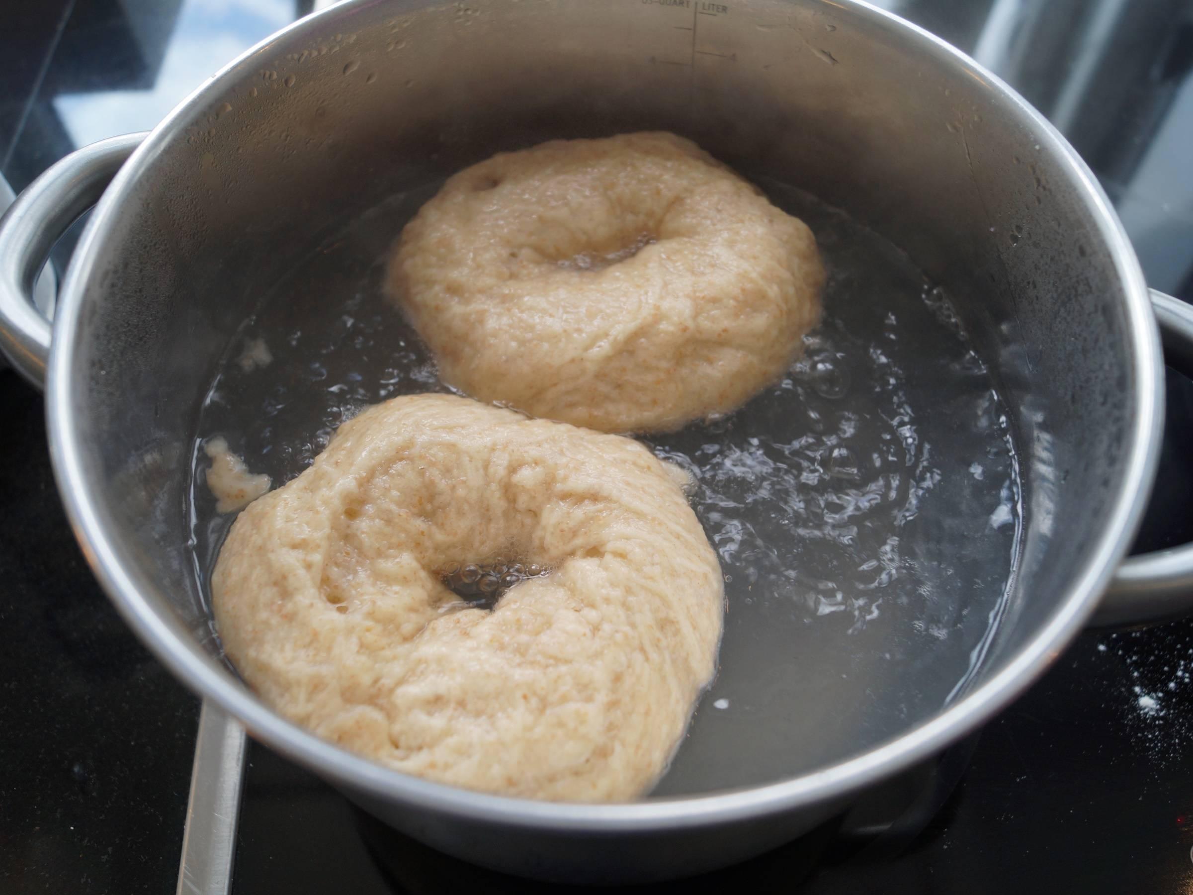 Bagels koges i vand i gryde