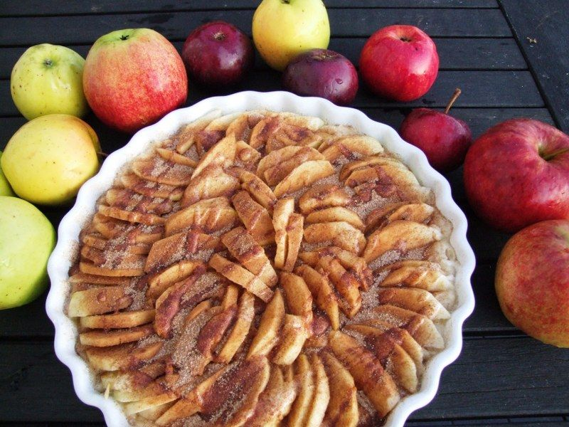 Bagt æblekage inden den kommer i ovn