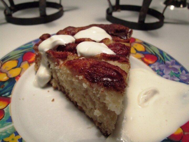 Bagt æblekage på kagetallerken
