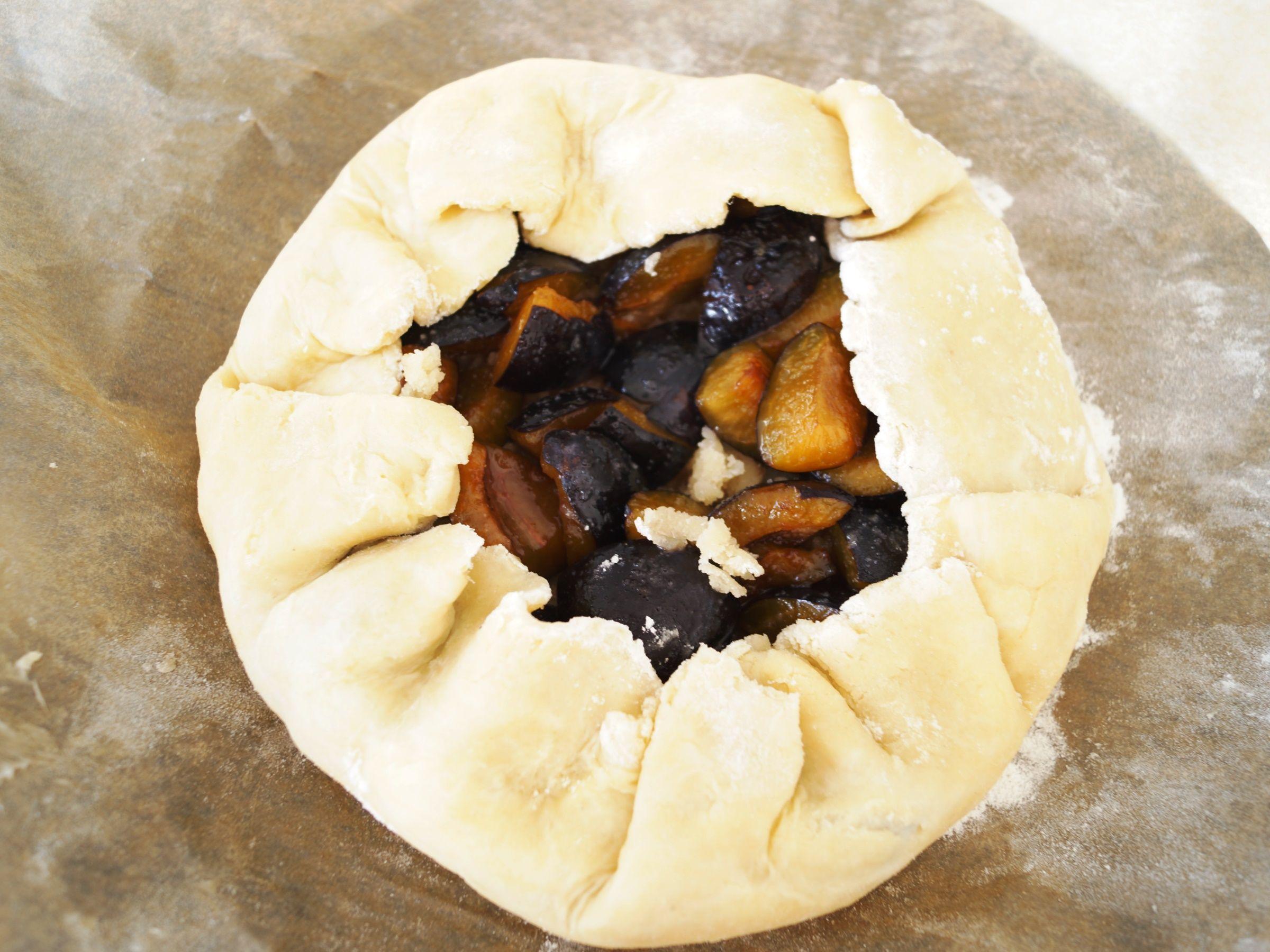 Blomme galette før den skal i ovnen