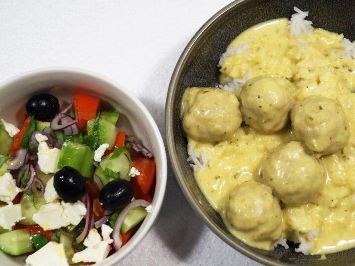 Boller i rød karry med ris og salat