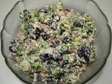 Broccolisalat i skål