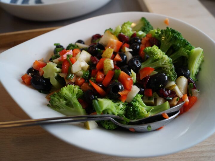 Broccolisalat sund opskrift