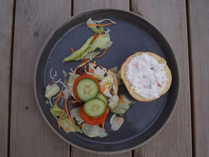 Burger med blandet salat