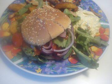 Burger med kartofler og remoulade