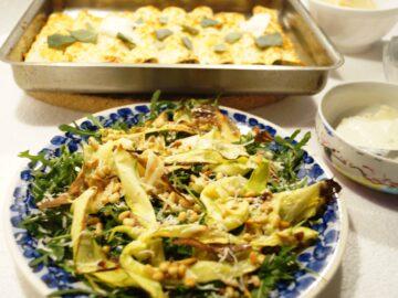 Rucolasalat med strimler af squash og ristede pinjekerner