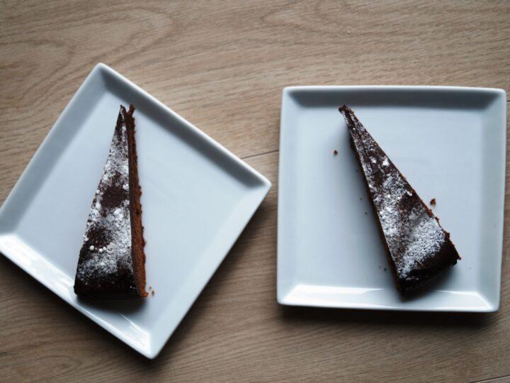Chokoladekage drysset med floormelis
