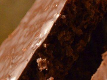 Chokoladesandkage med glasur