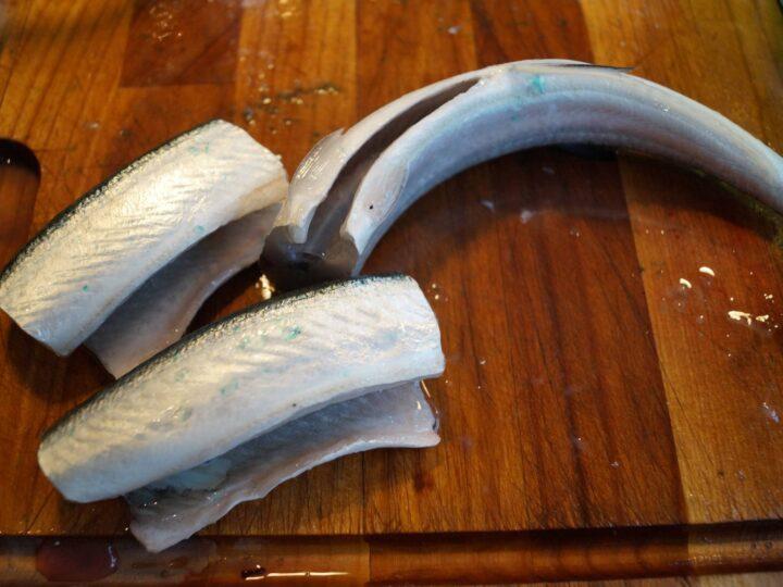 Hornfisk skæres ud i fire fileter
