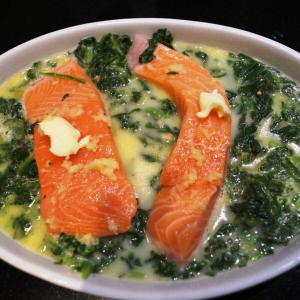 Fersk laks i fad med spinat
