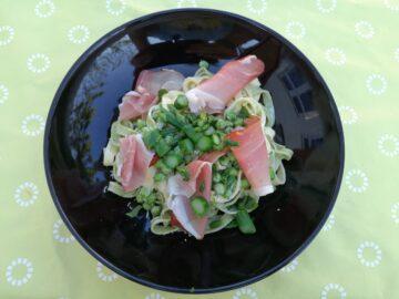 Fettuccine med serranoskinke og asparges