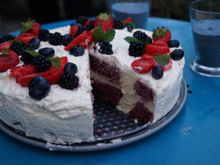 Fødselsdagslagkage med friske bær