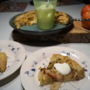 Fransk æblegalette -Fransk æbletærte serveret med vaniljecremefraiche