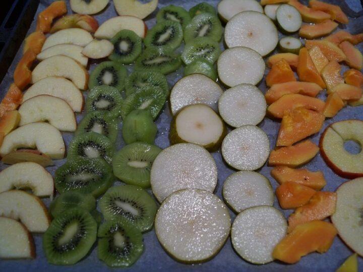 Frugt klar til tørring i ovn på bageplade
