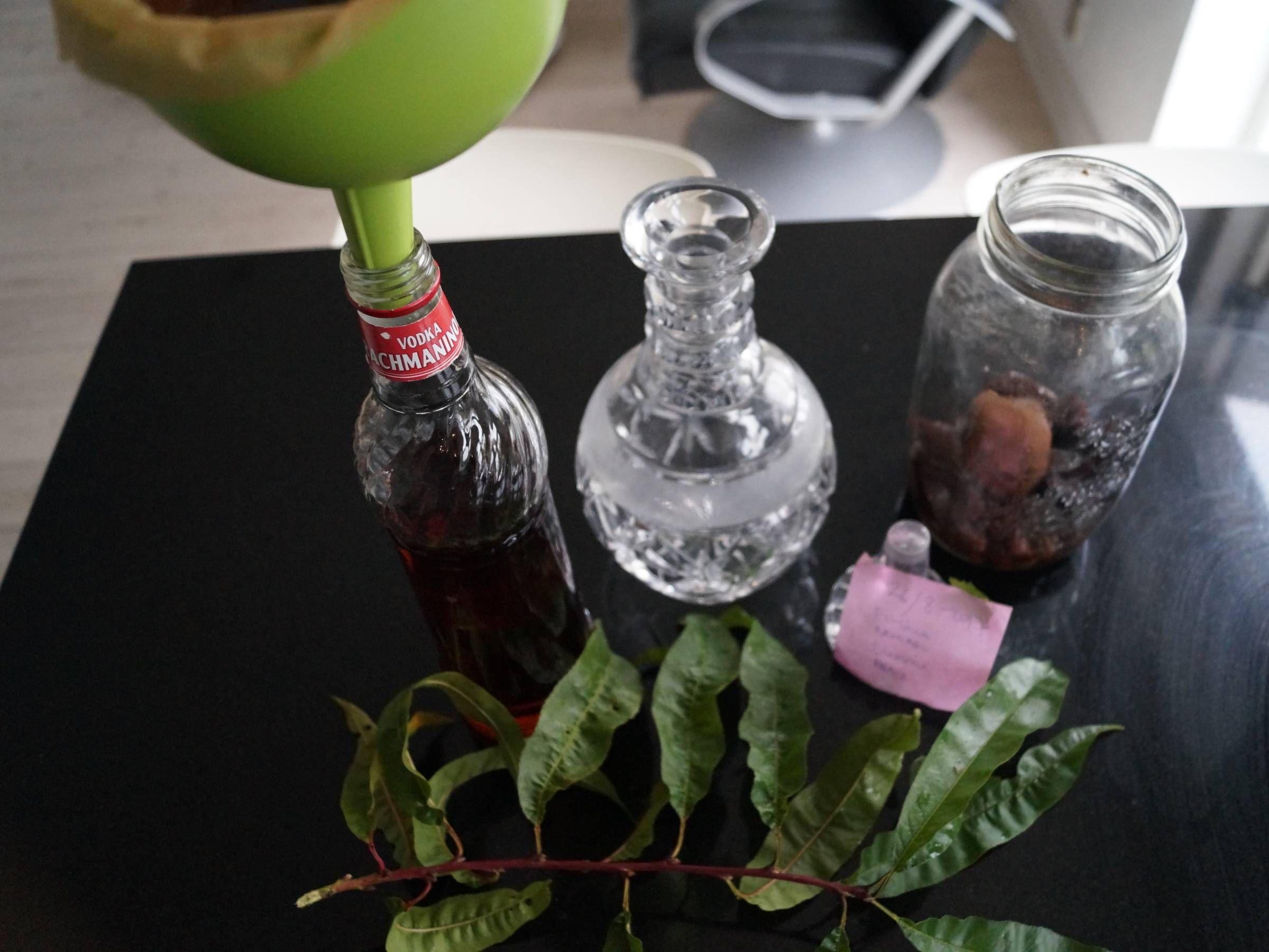 Frugtsnaps filtreres gennem tragt