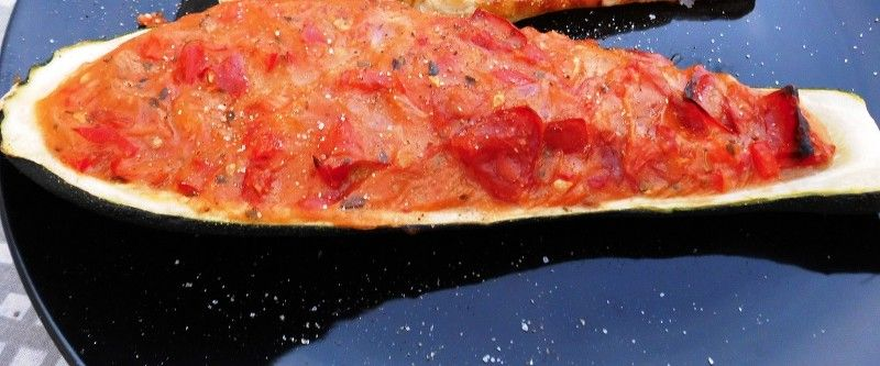Fyldte squash med tomatsauce