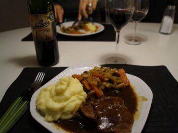 Gammeldags oksegrydesteg med brun sovs, grøntsager og kartoffelmos