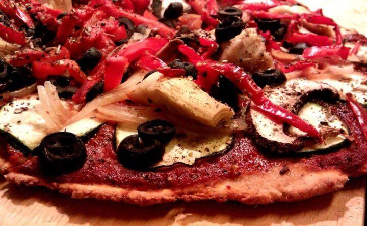 Glutenfri pizza med tomat topping