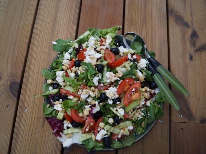 Græsk salat med oliven og feta