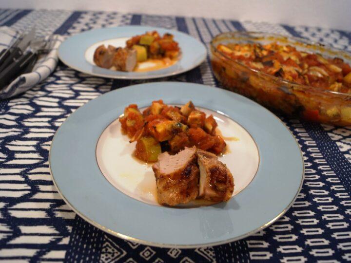 Grillet svinemørbrad og ratatouille på tallerken
