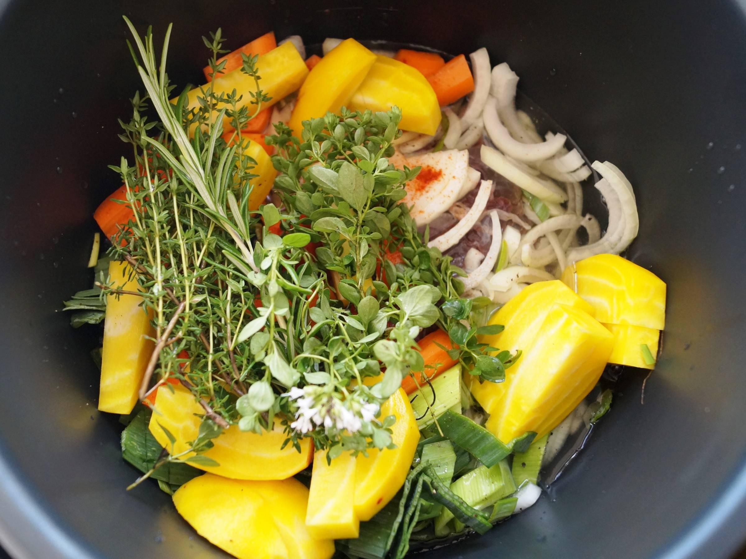 Grøntsager og krydderurter i crock-pot