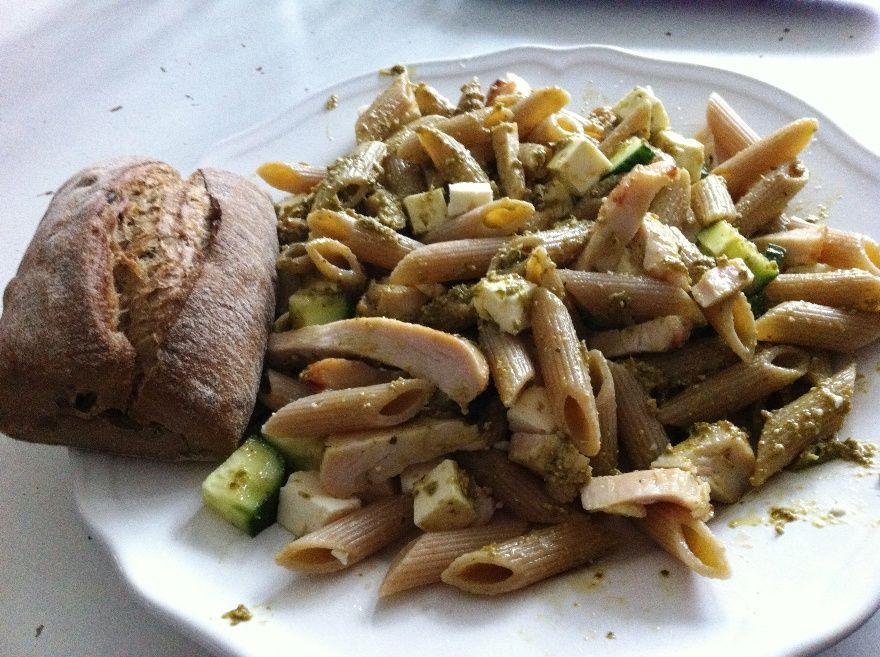 Grov pasta med pesto og kylling