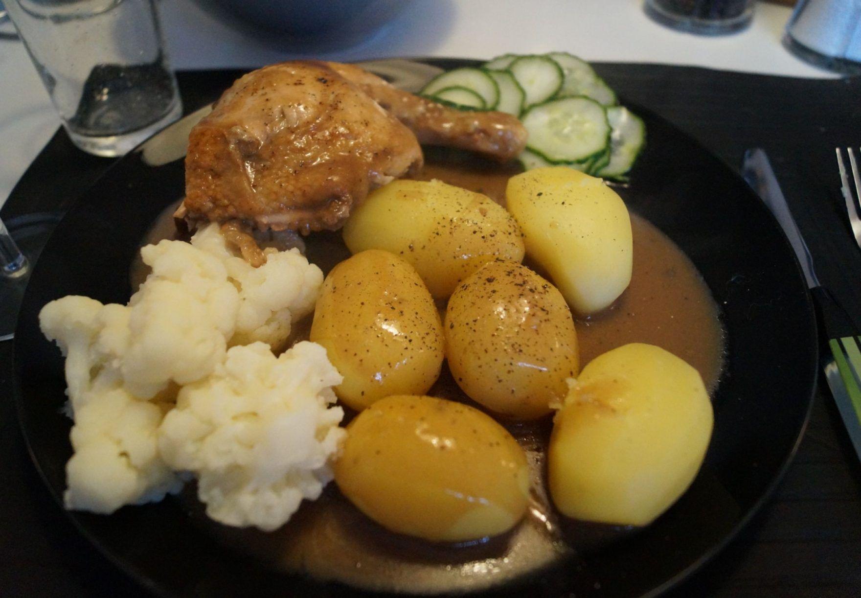 Grydestegt Kylling Med Brun Sauce Og Kartofler