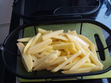 Hjemmelavede Pommes frites lagt i kurv i Rotisseri