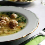 Hjemmelavede kødboller i suppe