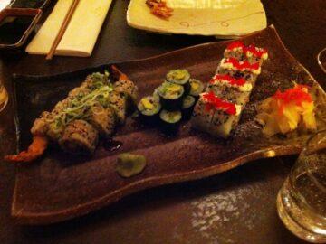 Hjemmelavet Sushi anrettet på sushi tallerken