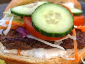 Hjemmelavet burger med bearnaisemayo