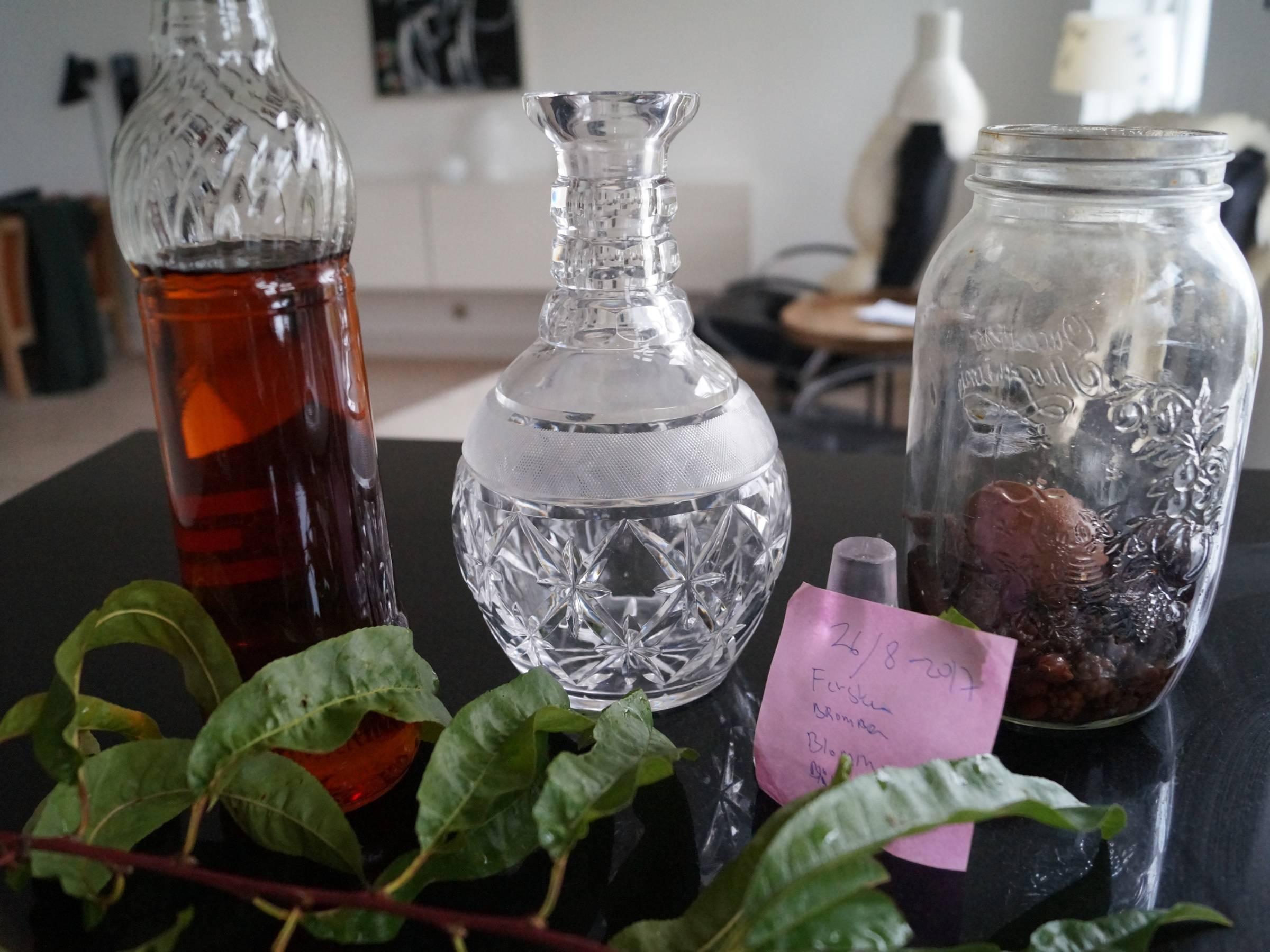 Hjemmelavet frugtsnaps klar til at blive filtreret