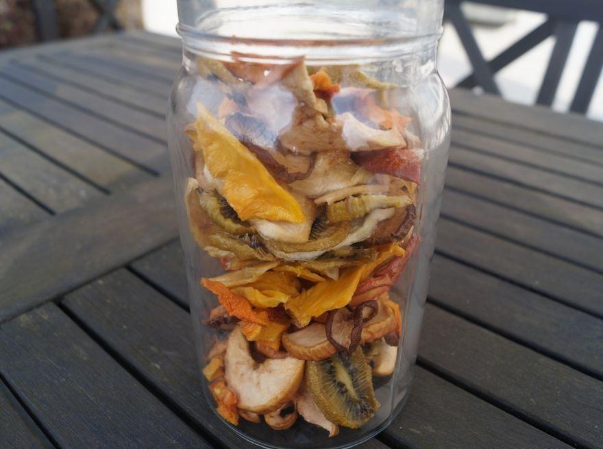 Hjemmelavet tørret frugt opbevaret i glas med låg