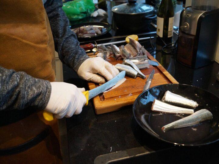 Hornfisk fileteres ud i stykker uden ben