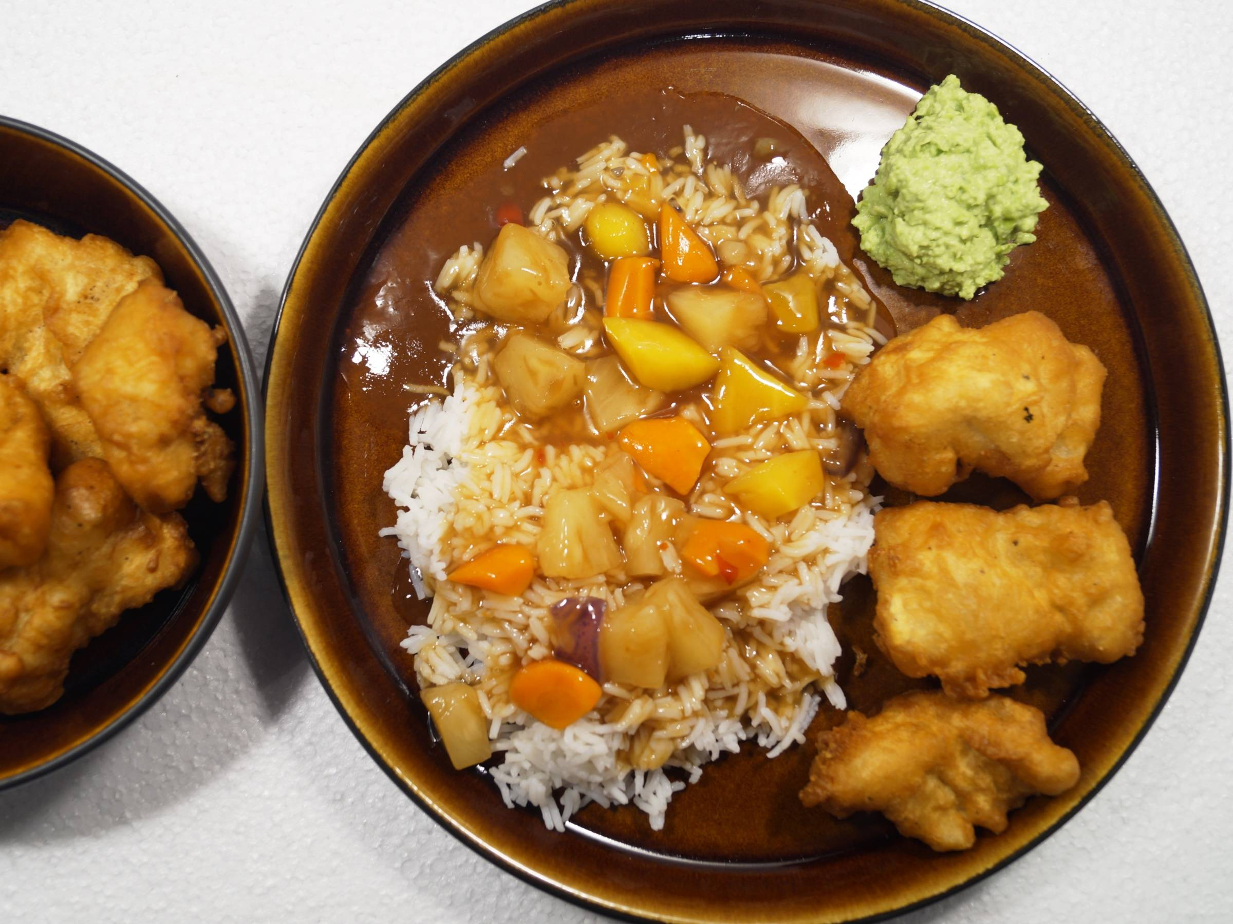 Indbagt torsk i tempura dej med sursød sauce