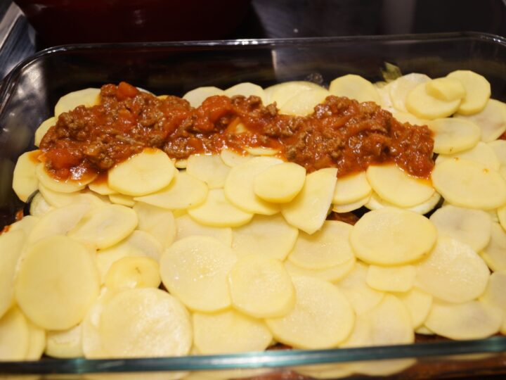 Ingredienser til musaka med kartofler og aubergine