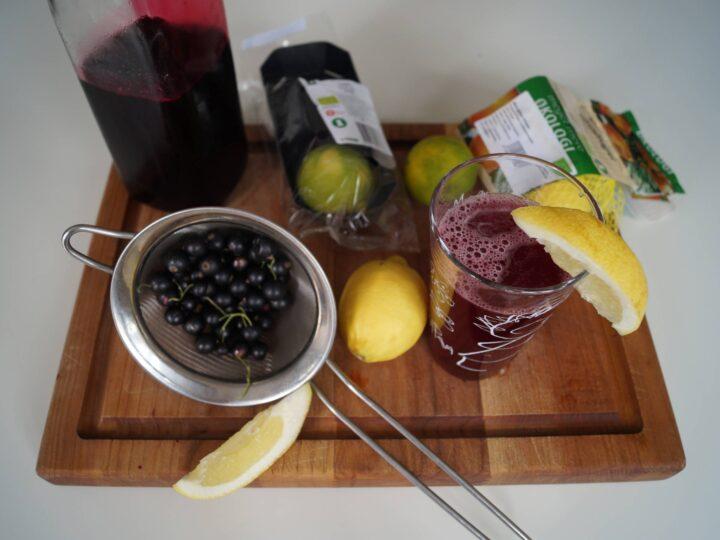Ingredienser til solbærsaft med mynte og lime