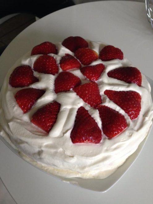 Jordbær lagkage på lagkagefad