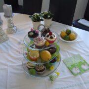Kagefad med cupcakes i tre etager