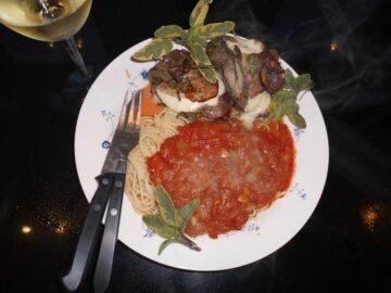 Kalveschnitzel Italiensk opskrift med pasta på bord