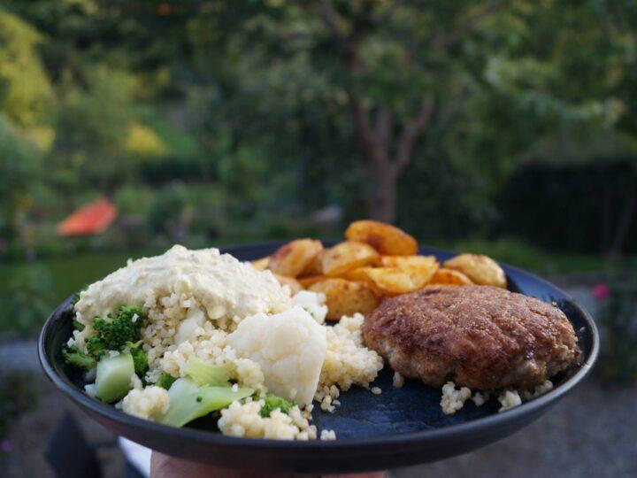 Karbonader med broccoli og blomkålssalat